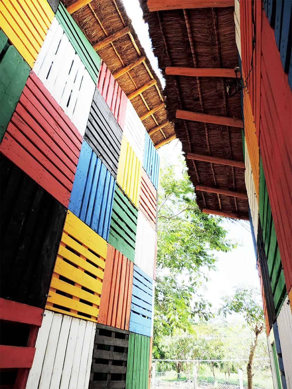 Detalle cubierta Kinder el porvenir en las afueras de la ciudad de Canc£n Q.roo Foto Arquitecturazul.